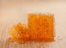 Panal en el tablero de madera Amarillo sabroso, textura de los peines del oro con la miel fresca Opinión macra del postre clásico Imagen de archivo libre de regalías