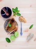 Panal en la placa de cerámica con la hierbabuena, la cal, el jengibre y la holgura Foto de archivo libre de regalías