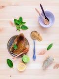 Panal en la placa de cerámica con la hierbabuena, limón de la cal, jengibre Imagen de archivo libre de regalías