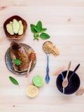 Panal en la placa de cerámica con la hierbabuena, limón de la cal, jengibre Fotos de archivo