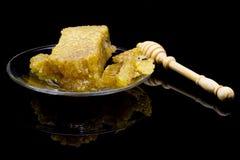 Panal orgánico con la miel aislada en fondo negro con r Foto de archivo