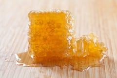 Panal orgánico en el tablero de madera Amarillo sabroso, textura del oro con la miel fresca Foco selectivo suave Imagen de archivo