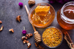 Panal, polen, propóleos, miel en la opinión de sobremesa imagenes de archivo