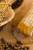 Panal, polen y propóleos Imagenes de archivo