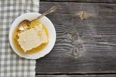 Panal sellado por completo de la miel de la luz de la flor fresca Imagenes de archivo