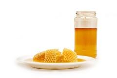 Panal y Honey Jar, aislados en el fondo blanco Imagen de archivo