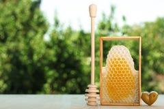 Panal y la vara de la miel Imagenes de archivo
