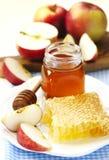 Panales con la miel, la miel en el tarro de cristal y las rebanadas de manzana madura Imágenes de archivo libres de regalías