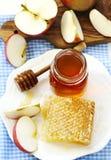 Panales con la miel, la miel en el tarro de cristal y las rebanadas de manzanas Foto de archivo