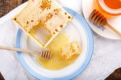 Panales con la miel y el tarro de miel en la tabla de madera imágenes de archivo libres de regalías
