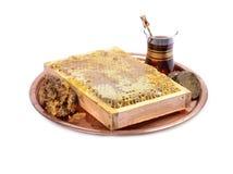 Panales frescos con la miel en la placa, taza de té turco Imágenes de archivo libres de regalías