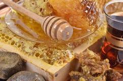 Panales frescos y palillo de madera, taza de té turco Imágenes de archivo libres de regalías