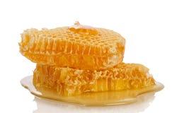Panales y miel que fluyen abajo del cubo aislado en blanco Fotografía de archivo libre de regalías