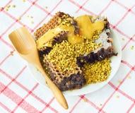 Panales y polen de la miel en la placa Imágenes de archivo libres de regalías