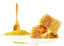 Panales y polen de la miel en las placas Foto de archivo
