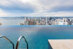 Panamá City vue de la piscine de dessus de toit d'un gratte-ciel au coucher du soleil photos libres de droits