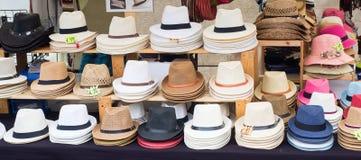 Panamá y otras clases de sombreros vendieron en un mercado callejero Fotografía de archivo libre de regalías