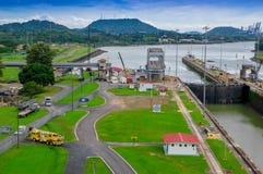 PANAMA CITY PANAMA - APRIL 20, 2018: Den Panama kanalen är en konstgjord 48 mil den 77 km vattenvägen i Panama som förbinder Arkivbilder