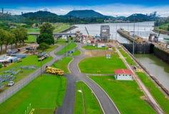 PANAMA CITY PANAMA - APRIL 20, 2018: Den Panama kanalen är en konstgjord 48 mil den 77 km vattenvägen i Panama som förbinder Royaltyfria Bilder