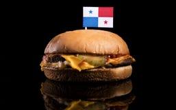 Panama flagga överst av hamburgaren på svart Arkivbilder