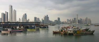 Panama-Skyline und Fischerboote Stockfoto