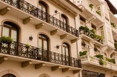 PANAMA-STADT, PANAMA - 20. APRIL 2018: Ansicht im Freien des herrlichen spanischen Kolonialhauses mit Schmiedeeisen und Anlagen lizenzfreie stockfotografie