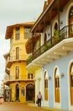 PANAMA-STADT, PANAMA - 20. APRIL 2018: Schönes spanisches Kolonialhaus mit Schmiedeeisen und Anlagen, Casco Viejo während lizenzfreies stockbild