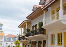 PANAMA-STADT, PANAMA - 20. APRIL 2018: Schönes spanisches Kolonialhaus mit Schmiedeeisen und Anlagen, Casco Viejo während stockfotos