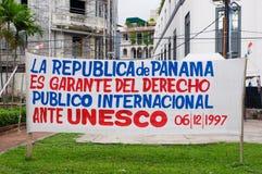 PANAMA-STADT, PANAMA - 20. APRIL 2018: Sehen Sie Aufgabenzeichen vor Gebäuden von Casco Viejo Beschwerde von Rechten zu an stockfotos