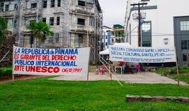 PANAMA-STADT, PANAMA - 20. APRIL 2018: Sehen Sie Aufgabenzeichen vor Gebäuden von Casco Viejo Beschwerde von Rechten zu an lizenzfreie stockbilder