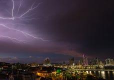 Panama-Stadt nachts, in einem Sturm Lizenzfreie Stockfotos