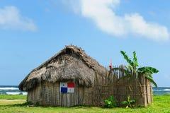 Panama, traditioneel huis van ingezetenen van de archipel van San Blas stock afbeeldingen