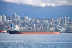 Panamanian Masowy przewoźnik Zakotwiczający w Vancouver schronieniu Obrazy Royalty Free