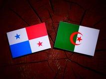 Panamese vlag met Algerijnse vlag op een geïsoleerde boomstomp royalty-vrije illustratie