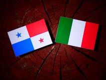 Panamese vlag met Italiaanse vlag op een geïsoleerde boomstomp royalty-vrije illustratie