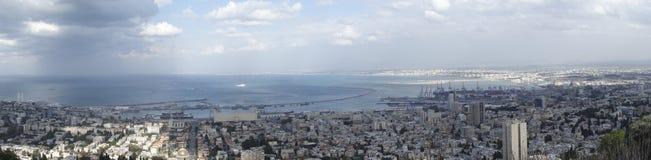 Panaorama von Haifa, Israel mit Dusche auf Skylinen Stockfotos