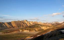 Panarama популярного большинств удаленное туристское назначение Landmannalaugar на заходе солнца от Blahnukur, гористых местносте стоковая фотография rf