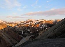 Panarama de popular a maioria de destino remoto Landmannalaugar do turista no por do sol de Blahnukur, montanhas no sul Islândia, fotos de stock royalty free
