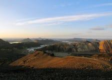 Panarama de popular a maioria de destino remoto Landmannalaugar do turista no por do sol de Blahnukur, montanhas no sul Islândia, imagens de stock royalty free