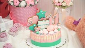 Panarama de zéphyr, de bonbons et de gâteau roses faits main délicieux sur la table avec des fleurs en fête d'anniversaire banque de vidéos
