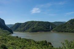 Panarama du Danube avec la tête de Decebalus a sculpté dans la roche, D images libres de droits