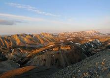 Panarama von populärem der meiste touristische entferntbestimmungsort Landmannalaugar bei Sonnenuntergang von Blahnukur, Hochländ lizenzfreie stockfotos