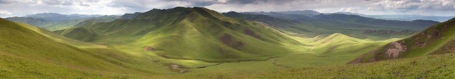 Panaramic sikt av gröna berg - östliga Tibet Arkivfoto