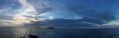 Panaramicoverzees en zonsondergang over de maldivian oceaan in atol van zuidenari Stock Afbeeldingen