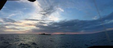 Panaramicoverzees en zonsondergang over de maldivian oceaan in atol van zuidenari stock foto's