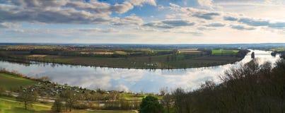 Panaroma στο walhalla με σκοπό την κοιλάδα Δούναβη την πρώιμη άνοιξη Αντανάκλαση από τον καλυμμένο ουρανό Στοκ Εικόνες