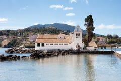 Panayia Panagia Vlacherna修道院从海岸的在惊叹 免版税库存照片