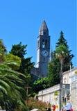 A pancadinha e a torre de igreja fotografia de stock