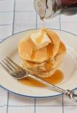 Pancake al forno e sciroppo di versamento fotografie stock libere da diritti