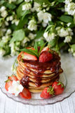 Pancake americani con l'inceppamento di fragola Immagini Stock